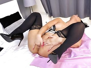 Single Mommy Roxee Couture Is Masturbating Delicious Hairless Cunny